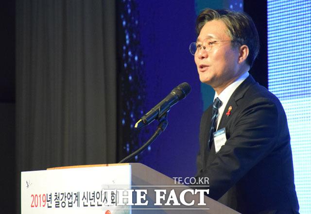 한국철강협회가 10일 오후 서울 강남구 대치동 포스코센터에서 철강업계 신년인사회를 개최한 가운데 성윤모 산업부 장관이 축사를 하고 있다./ 장병문 기자
