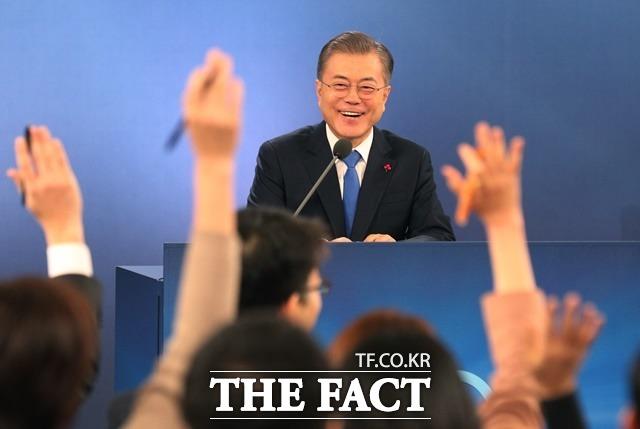 문재인 대통령이 10일 청와대 영빈관에서 신년 기자회견을 열고 기자들과 질의응답을 진행하고 있다. 이날 회견에 참석한 180명의 기자 가운데 22명(내신 17명·외신 5명)이 질문권을 얻었다. /청와대 제공