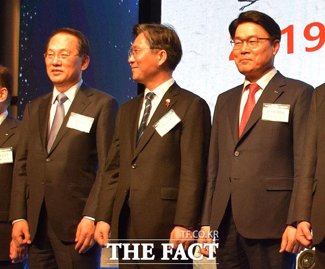 김용환 부회장(왼쪽부터)과 성윤모 산업통상자원부 장관 최정우 회장이 2019년 철강업계 신년인사회에서 기념촬영을 하고 있다.