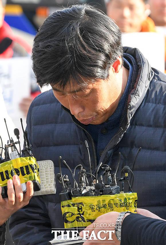 해외 연수 도중 가이드를 폭행해 고발당한 경북 예천군의회 박종철 의원이 조사를 받기 위해 11일 오후 경북 예천군 예천경찰서에 출석, 취재진의 질문에 답하고 있다. /예천=김세정 기자
