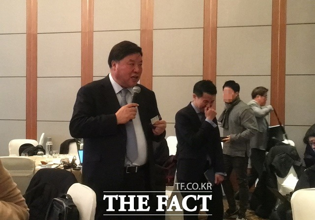 셀트리온 서정진 회장이 지난 4일 여의도 콘래드호텔에서 열린 미디어간담회에서 기자들과 이야기를 나누고 있다. /정소양 기자