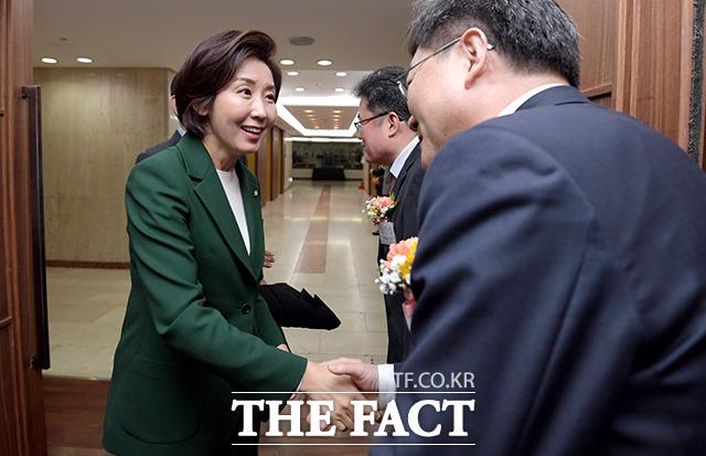관훈클럽 기념식에 참석한 나경원 자유한국당 원내대표(왼쪽)