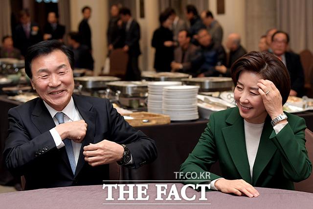 11일 오후 서울 중구 세종대로 한국프레스센터에서 관훈클럽 창립 62주년 기념식 및 66대 총무 취임식이 열린 가운데 손학규 바른미래당 대표(왼쪽)와 나경원 자유한국당 원내대표가 자리에 앉아 웃음을 짓고 있다. /이선화 기자