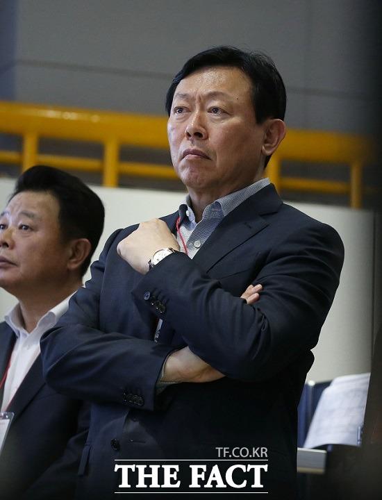 지난해 10월 5일 출소한 신동빈 롯데그룹 회장이 12일 경영에 복귀한 지 100일을 맞았다. /더팩트 DB