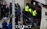 [TF포토] 노조 플래카드 확인하는 양승태 전 대법원장