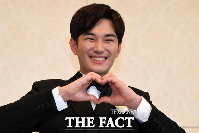 결혼식을 앞둔 그룹 V.O.S의 김경록이 12일 오후 서울 강남구 그랜드힐 컨벤션에서 열린 기자회견에 참석해 포즈를 취하고 있다./남윤호 기자