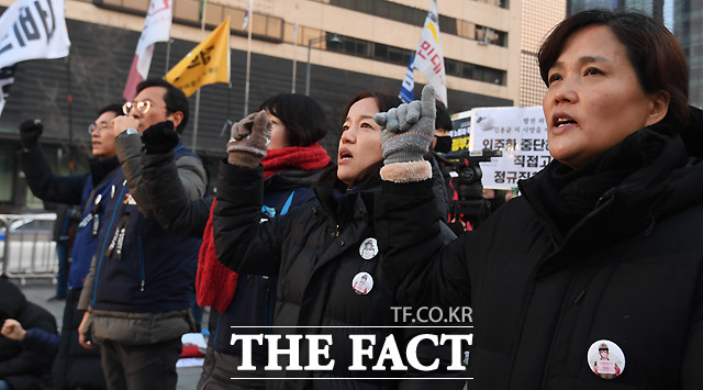 구호를 외치는 고인의 어머니 김미숙 씨(오른쪽)와 참가자들