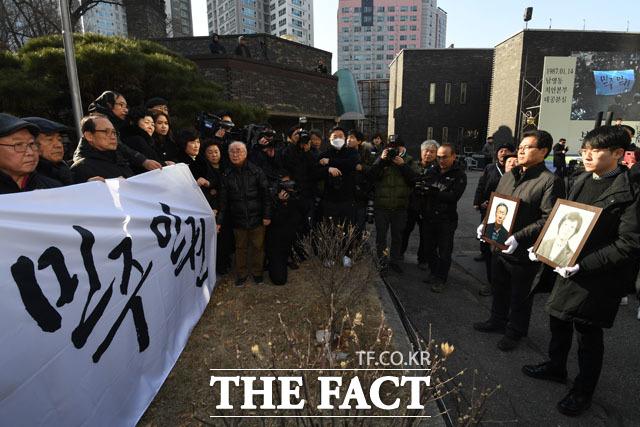 민주와 인권 깃발 앞에선 박종철 열사와 박정기
