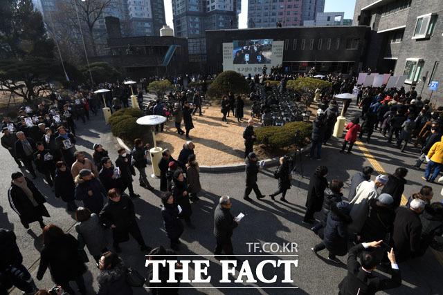 대공분실 앞을 행진하는 참석자들