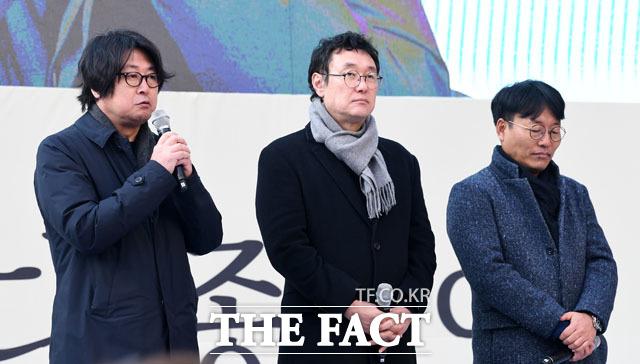 영화 1987의 배우 김윤석과 장준환 감독, 김경찬 작가(왼쪽부터)가 참석해 추모사를 하고 있다.