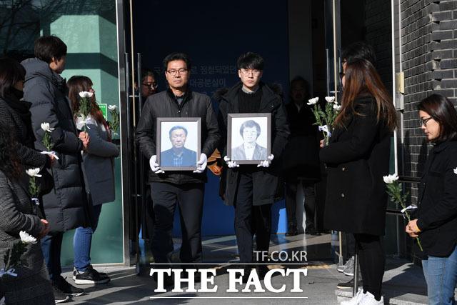대공분실 빠져나오는 박종철 열사와 그의 아버지 박정기씨의 영정
