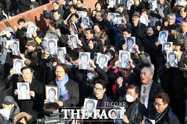 박종철 열사의 사진을 든 사람들