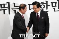 [TF포토] 자유한국당 입당한 황교안 전 총리