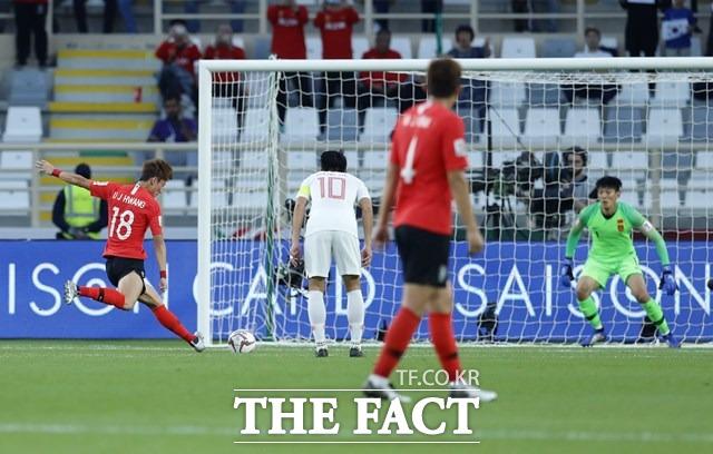 황의조가 16일 아랍에미리트 아부다비 알나얀 경기장에서 열린 2019 아시아축구연맹(AFC) 아시안컵 조별리그 C조 3차전 중국과의 경기에서 전반 14분 페널티킥을 성공시키고 있다./아부다비=뉴시스