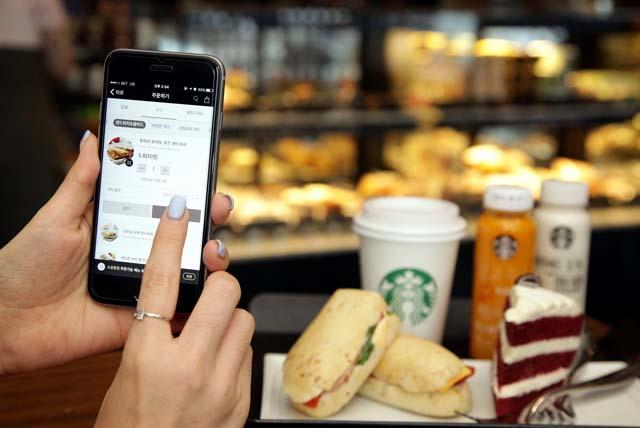 스타벅스커피 코리아는 스마트 오더 시스템으로 하루 평균 8만 건에 육박하는 주문을 받고 있다. 사진은 스타벅스 고객이 스마트 오더로 음료를 주문하는 모습. /스타벅스커피 코리아 제공