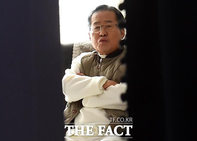 홍준표 전 자유한국당 대표가 18일 오후 서울 마포구 홍대 인근 한 스튜디오에서 자신의 유튜브 채널 TV홍카콜라의 개국 한달 기념 생방송을 위해 대기하고 있다. /마포=이새롬 기자