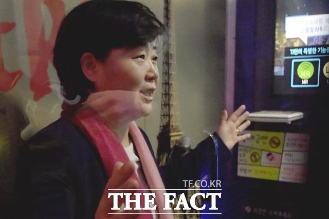 서영교 민주당 국회의원이 지난 11일 오후 서울 영등포구 한 코인노래방에서 진행된 <더팩트>와의 인터뷰에서 질문에 답하고 있다. /이선화 기자