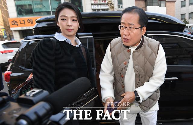 홍 전 대표 보좌하는 배현진 송파을 당협위원장(왼쪽)