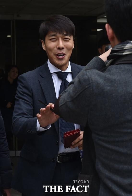 김동성이 친모 살인 청부 혐의를 받고 있는 여성과 스캔들에 휘말려 누리꾼이 냉랭한 반응이다./더팩트DB