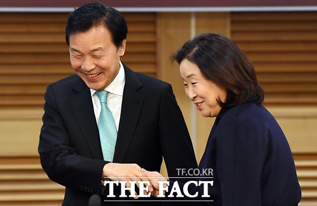 정치개혁특별위원장을 맡은 심상정 정의당 의원과 악수하는 손 대표