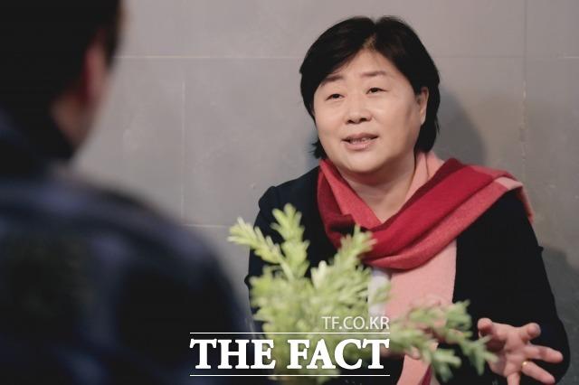 서영교 민주당 국회의원이 지난 11일 오후 서울 영등포구 한 카페에서 진행된 <더팩트>와의 인터뷰에서 질문에 답하고 있다. /이선화 기자