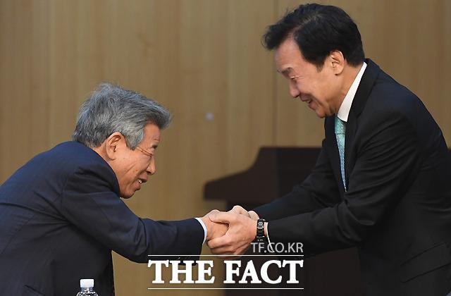 토론회서 만난 유인태 국회 사무총장(왼쪽)과 손학규 바른미래당 대표
