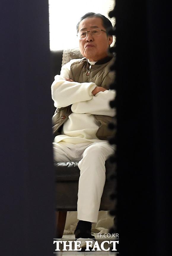 생방송 준비하는 홍 전 대표