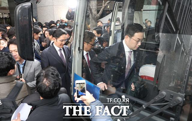 대기업 총수들이 지난 15일 서울 중구 대한상공회의소에서 문재인 대통령과 만남을 위해 청와대로 가는 버스를 타고 있다. /임세준 기자