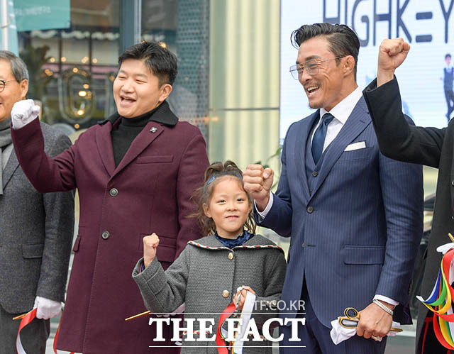 포즈 취하는 박상현 바디프랜드 대표이사와 추사랑 양, 추성훈(왼쪽부터)