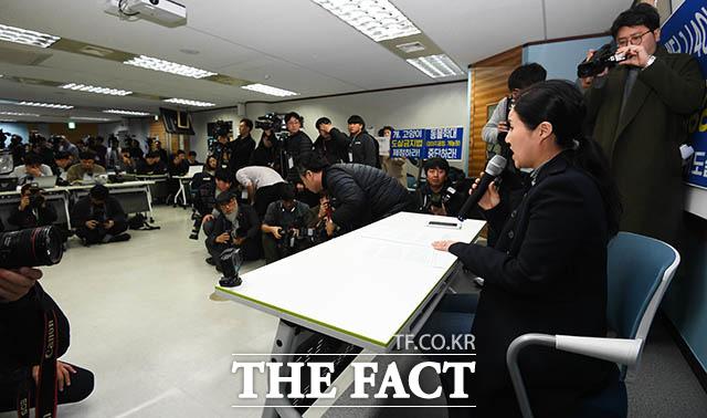 박 대표는 내부고발자의 배후에 케어의 경영권을 노리는 외부 세력이 있다고 주장했다. 박 대표가 이날 입장문을 낭독하고 심경을 밝히는 모습. /김세정 기자