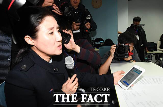 박 대표는 한 매체가 취재 과정에서 자신에게 성희롱 문자를 보냈다고 주장했다. 박 대표가 이날 자신의 휴대폰에 있는 문자메시지를 공개하는 모습. /김세정 기자