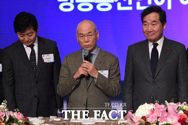 덕담하는 이효성 방송통신위원장(가운데)