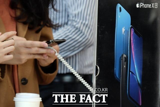 애플이 지난해 발표한 아이폰XS 시리즈는 고가 논란과 미중 갈등 등이 겹치면서 판매 부진을 겪었다. /더팩트 DB