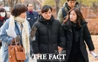 [TF포토] '탄원서 들고 법정 향하는 고 김용균 씨 어머니'