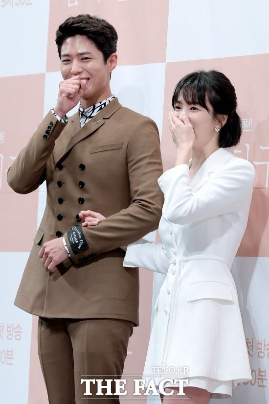 배우 박보검과 송혜교(오른쪽)가 활약하는 tvN 수목드라마 남자친구는 23일 오후 9시 30분 전파를 타는 16회를 끝으로 막을 내린다. /이선화 기자