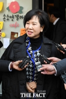 [TF포토] 기자회견 전 조카 카페 앞에서 인터뷰 하는 손혜원 의원