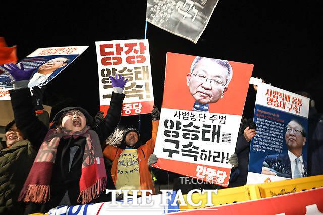 사법농단 의혹으로 양승태 전 대법원장이 헌정 사상 최초로 구속되자, 서울구치소 앞에서 환호하는 시민들