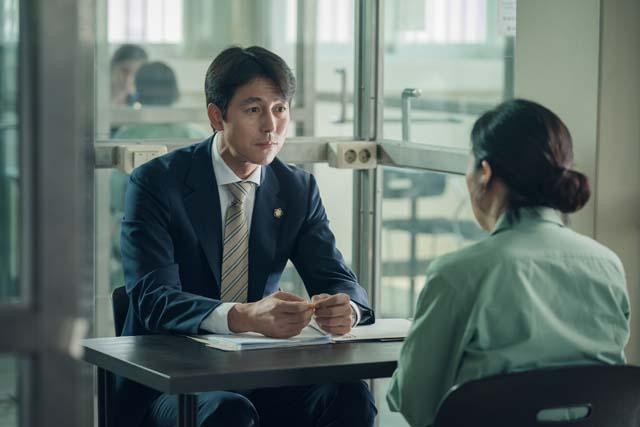 정우성은 극중 변호사 역을 맡아 김향기, 박근형, 장영남, 염헤란 등과 호흡을 맞췄다. /증인 스틸