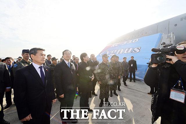 정경두 국방장관(왼쪽)을 비롯한 내외빈이 KC-330 제원에 대한 설명을 듣고 있다.