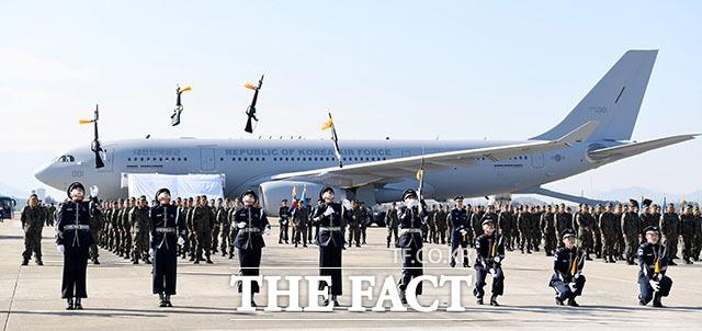 공군의장대가 KC-330(시그너스) 공중급유기 전력화 행사에서 식전 공연을 하고 있다.