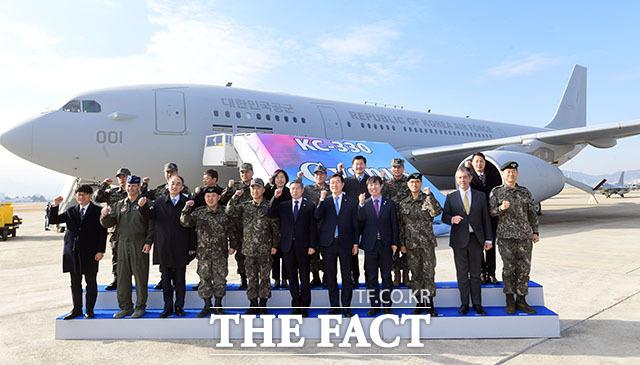 정경두 국방장관을 비롯한 내외빈이 30일 공군 김해기지에서 열린 KC-330 공중급유기 전력화 행사에서 기념 촬영을 하고 있다./사진공동취재단