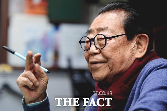새해 복 많이 받으세요. 송해는 93세라는 나이가 믿기지 않을 만큼 활기에 넘친다. 그는 국내외를 통틀어 최고령 현역 방송인으로 평가를 받고 있다. /이선화 기자