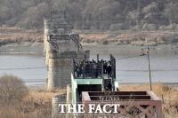 [TF포토] 2차 북·미 회담 가속화… '끊어진 철도 바라보는 실향민'