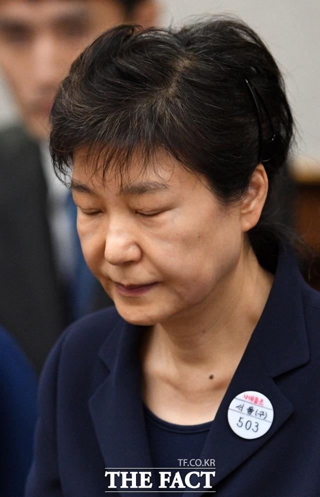 '국정농단' 혐의로 재판을 받고 있는 박근혜 전 대통령의 구속기간이 오는 4월 16일까지로 연장됐다.  박 전 대통령이 2017년 7월 오전 뇌물수수 혐의에 대한 첫 번째 공판에 출석한 모습. /사진공동취재단