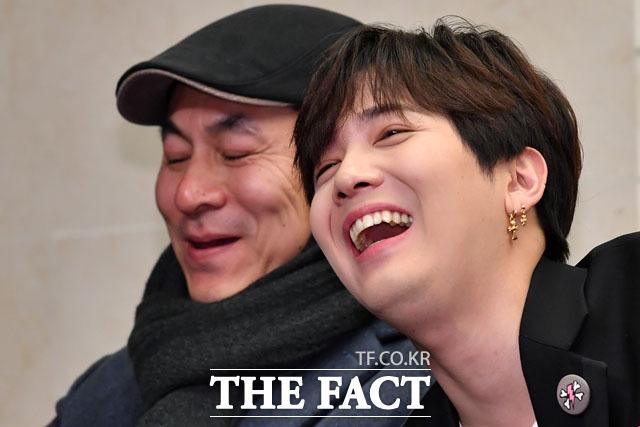 웃음짓는 김정권 감독(왼쪽)과 이홍기