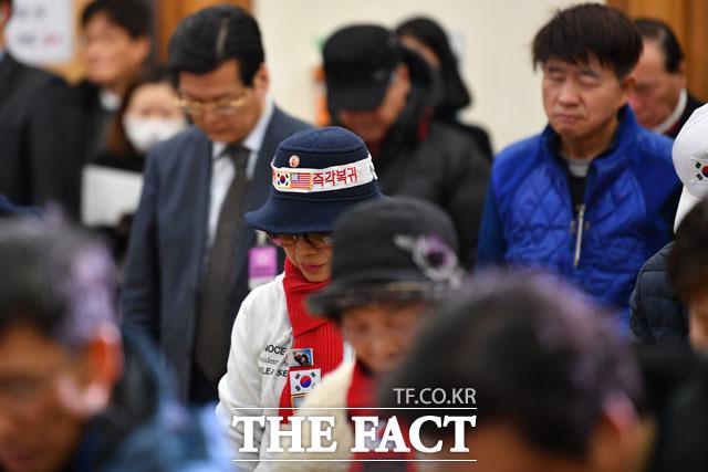 묵념하는 박근혜 전 대통령 지지자