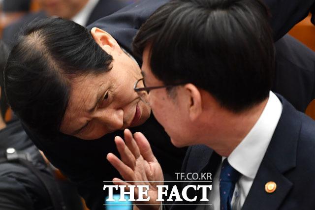 대화 나누는 이학영 더불어민주당 의원(왼쪽)과 김상조 공정거래위원장