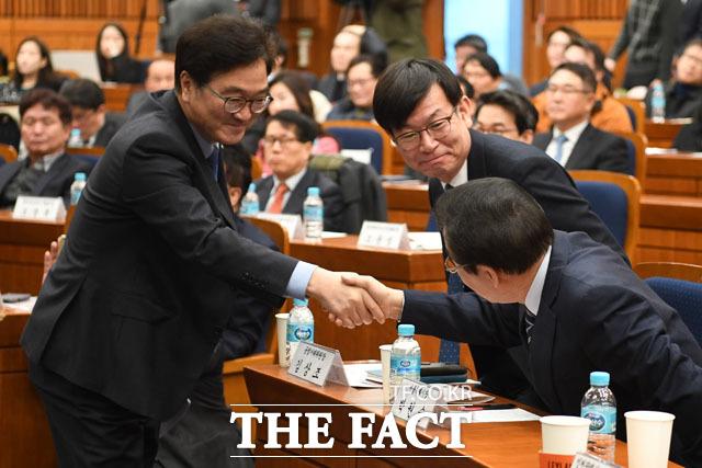 인사 나누는 우원식 의원(왼쪽)과 김상조 공정거래위원장, 박원순 서울시장