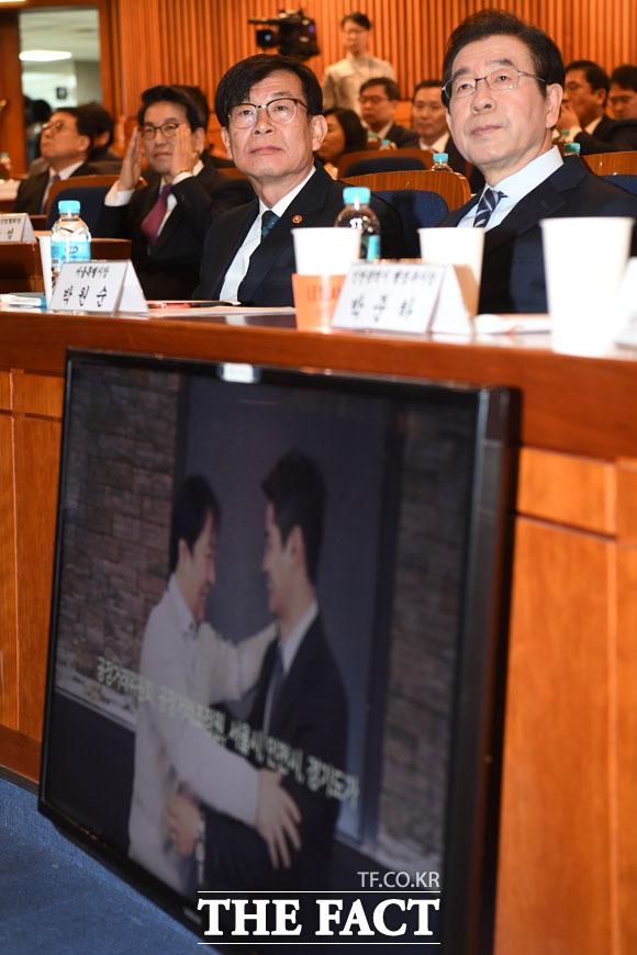 홍보 영상 바라보는 김 위원장과 박 시장