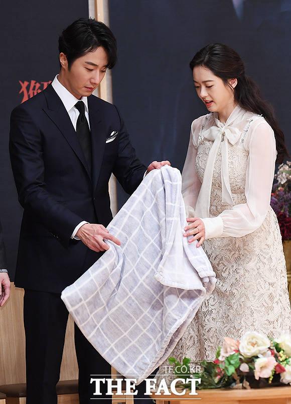 그 담요는 고아라(오른쪽)에게 전달~